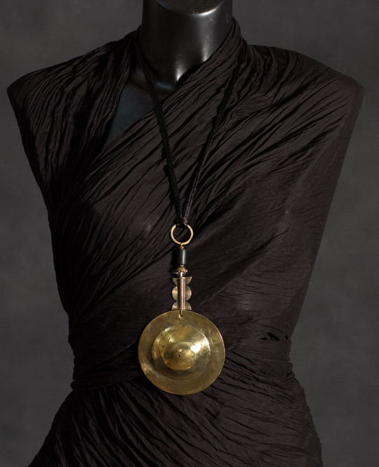 Pendant: hammered and polished brass, ethnic bead from Mali, Jewellery