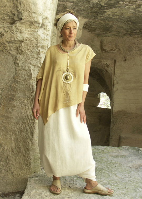 Top 'décalé' made of raw silk 'straw' color withy a raw silk sarouel natural colorNecklace: pendant made of bone and hammered brass, ethnics beads, rush string and linen string Looks