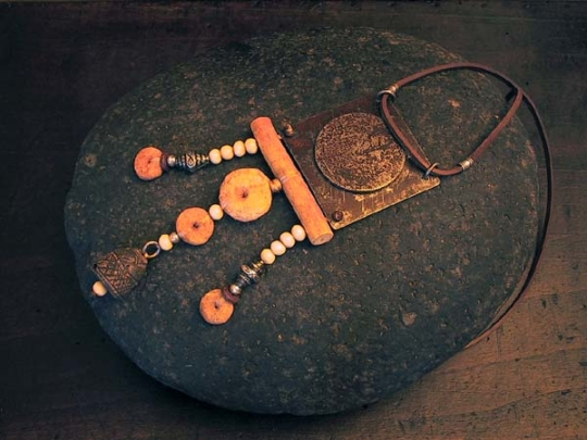 Ethnic jewelry: hammered recycled metal and ethnics pearls Jewellery