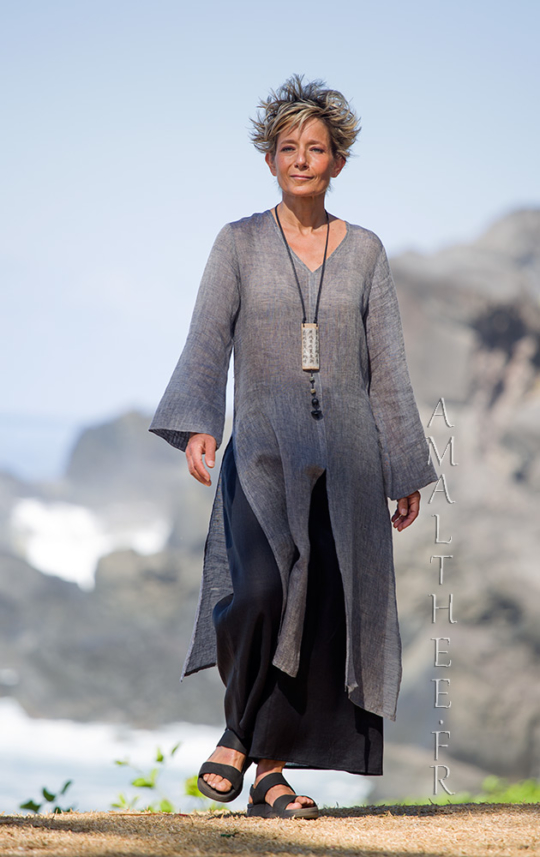 Asian style lovers: side slit charcoal linen gauze tunic Aozai from Amalthee Looks Spring summer