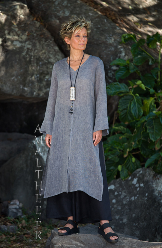 Asian style lovers: side slit charcoal linen gauze tunic Aozai from Amalthee Looks