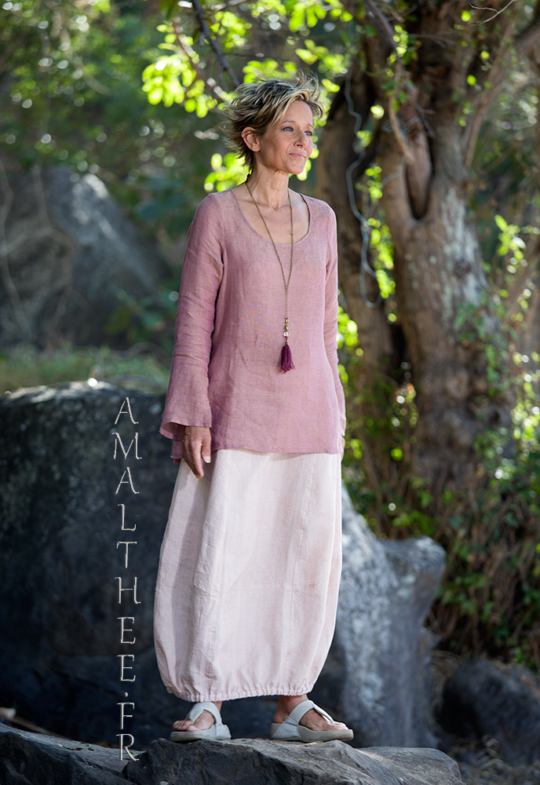 Our linen gauze top Anaïs with flared/slit sleeves (side slit on the hips) match perfectly with our pale rose linen skirt Zoé Looks Spring summer
