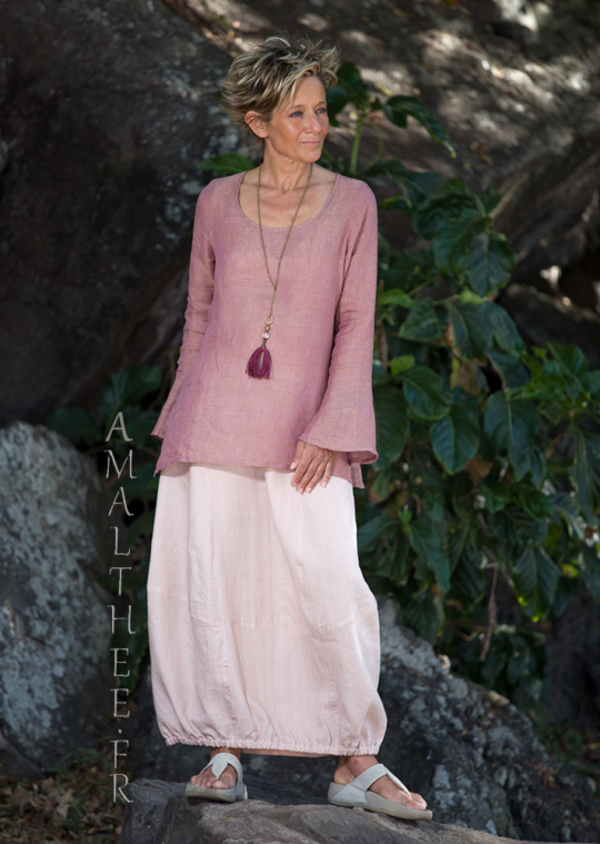 Our linen gauze top Anaïs with flared/slit sleeves (side slit on the hips) match perfectly with our pale rose linen skirt Zoé Looks