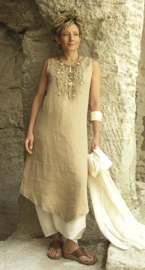 Beige linen tunic worn over a white sarouel Looks