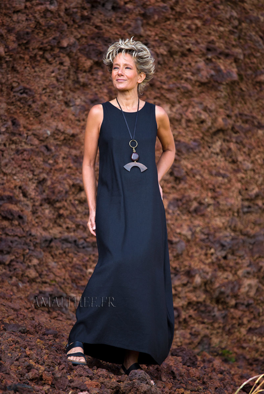 Long sleeveless black dress Looks
