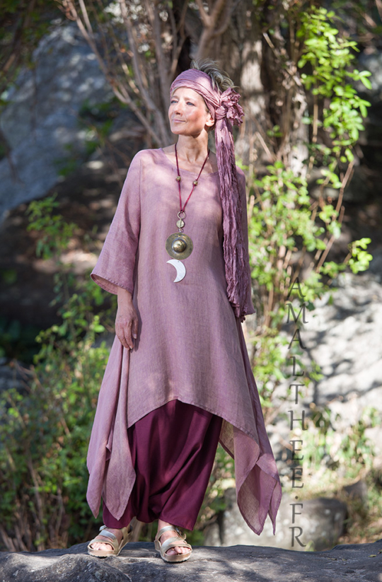 Rosewood and raspberry for this linen outfit… 0ur loose fit linen gauze Elke tunic makes a fruity mix with our sarouel skirt… Looks